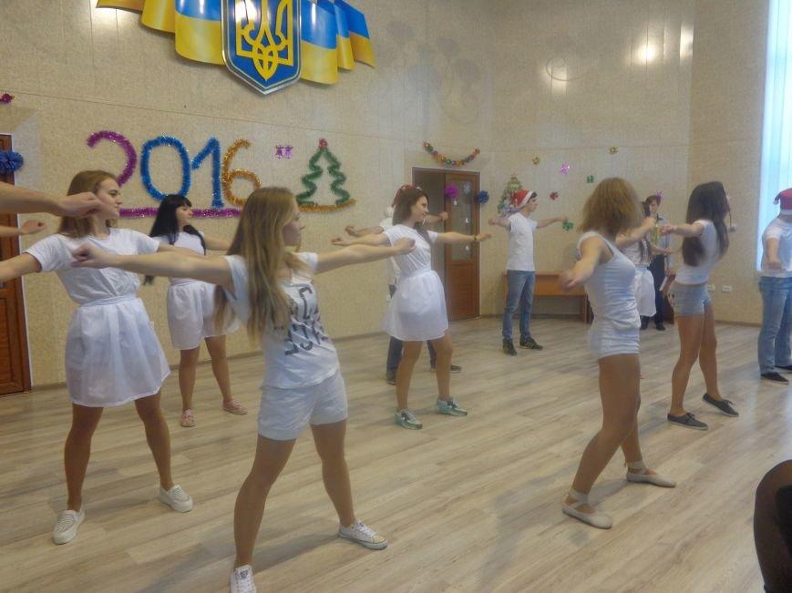 В ДонНТУ Красноармейска прошел предновогодний отчетный концерт студенческого самоуправления (фото) - фото 13