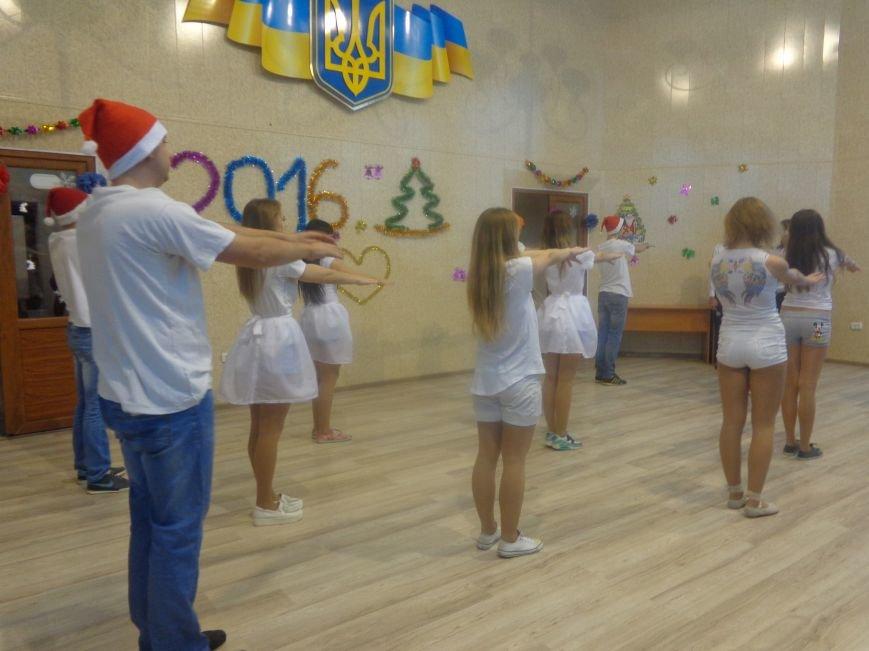В ДонНТУ Красноармейска прошел предновогодний отчетный концерт студенческого самоуправления (фото) - фото 14