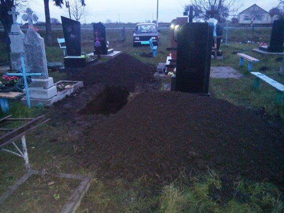 Жінка розкопала могилу діда, щоб дістати фотграфію (фото) - фото 1