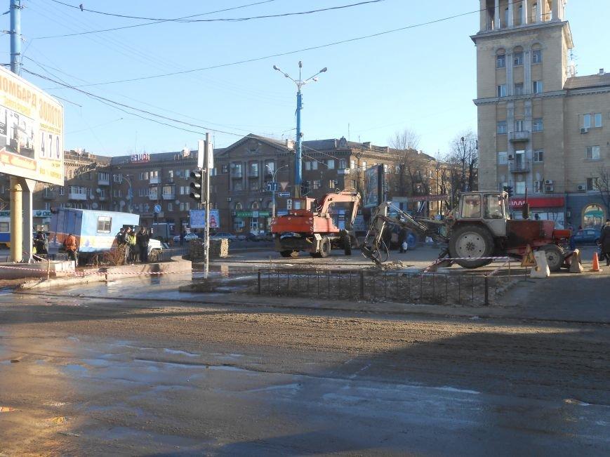 В Днепродзержинске на Майдане Героев «Горводоканал» проводит ремонтные работы (фото) - фото 2