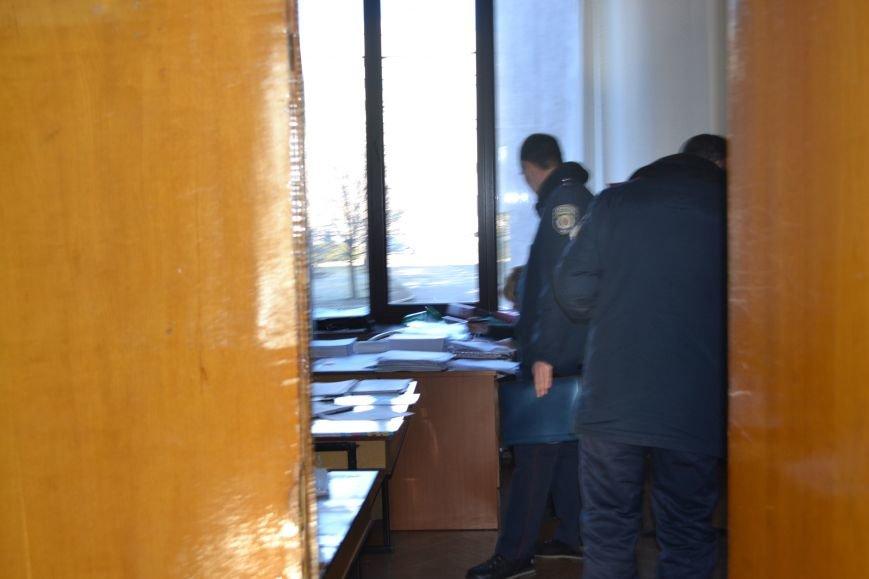 Павел Гивель  за закрытой дверью передавал документы неизвестному лицу -  член горизбиркома Кривого Рога Лариса  Бокий (ФОТО), фото-3