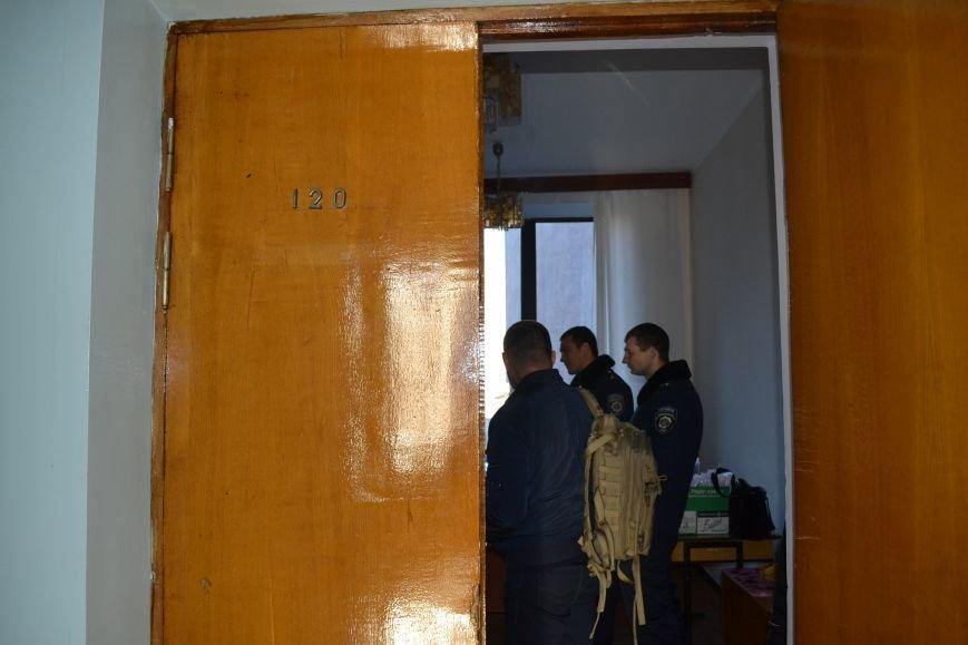 Павел Гивель  за закрытой дверью передавал документы неизвестному лицу -  член горизбиркома Кривого Рога Лариса  Бокий (ФОТО), фото-2