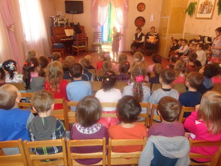 В детских садиках Красноармейска прошли предпраздничные концерты воспитанников музыкальной школы имени Н. Д. Леонтовича (фото) - фото 5