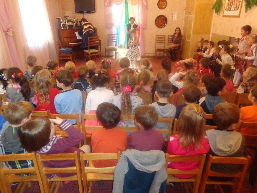 В детских садиках Красноармейска прошли предпраздничные концерты воспитанников музыкальной школы имени Н. Д. Леонтовича (фото) - фото 1
