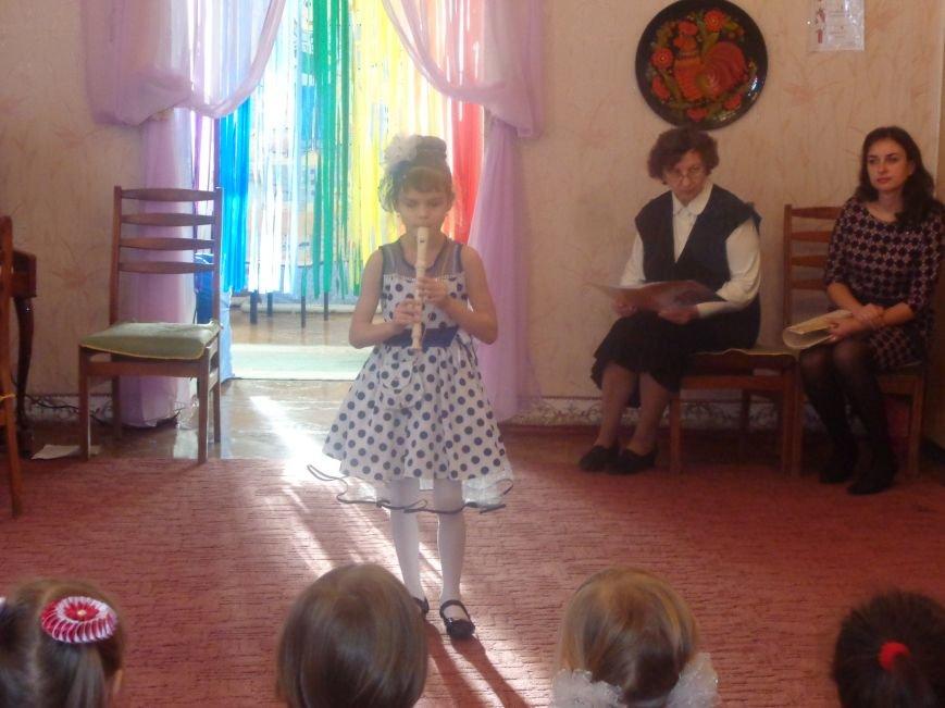 В детских садиках Красноармейска прошли предпраздничные концерты воспитанников музыкальной школы имени Н. Д. Леонтовича (фото) - фото 2