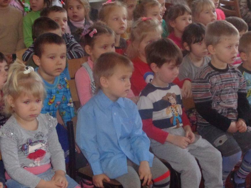 В детских садиках Красноармейска прошли предпраздничные концерты воспитанников музыкальной школы имени Н. Д. Леонтовича (фото) - фото 16