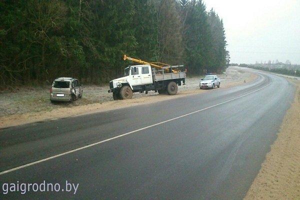 В Лидском районе женщина-водитель, превысив скорость, выехала на встречную полосу и столкнулась с грузовиком (фото) - фото 2