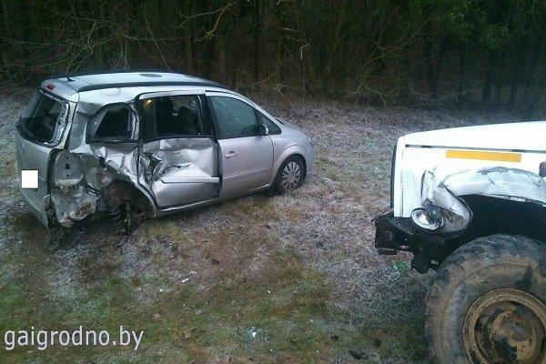 В Лидском районе женщина-водитель, превысив скорость, выехала на встречную полосу и столкнулась с грузовиком (фото) - фото 4