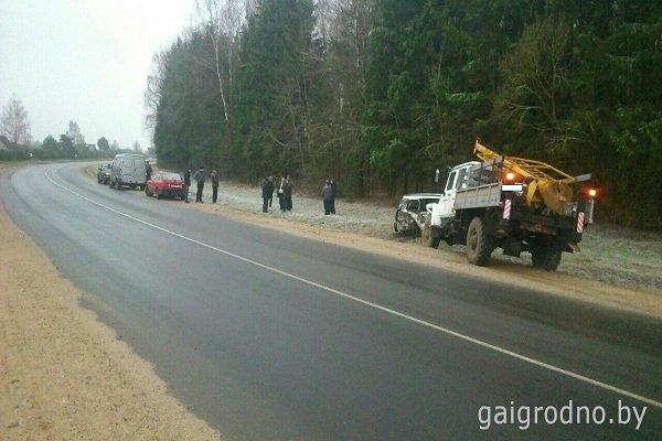 В Лидском районе женщина-водитель, превысив скорость, выехала на встречную полосу и столкнулась с грузовиком (фото) - фото 1