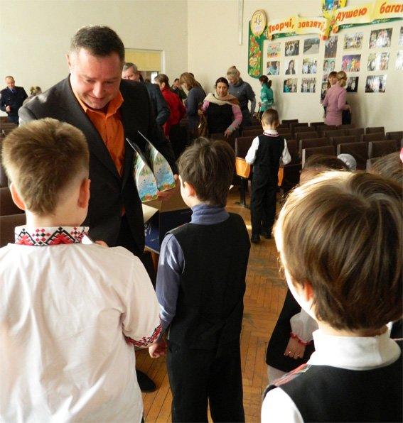 Шеф кіровоградської поліції разом з керівником поліції міста привітали діток школи-інтернату з Днем Святого Миколая (фото) - фото 1