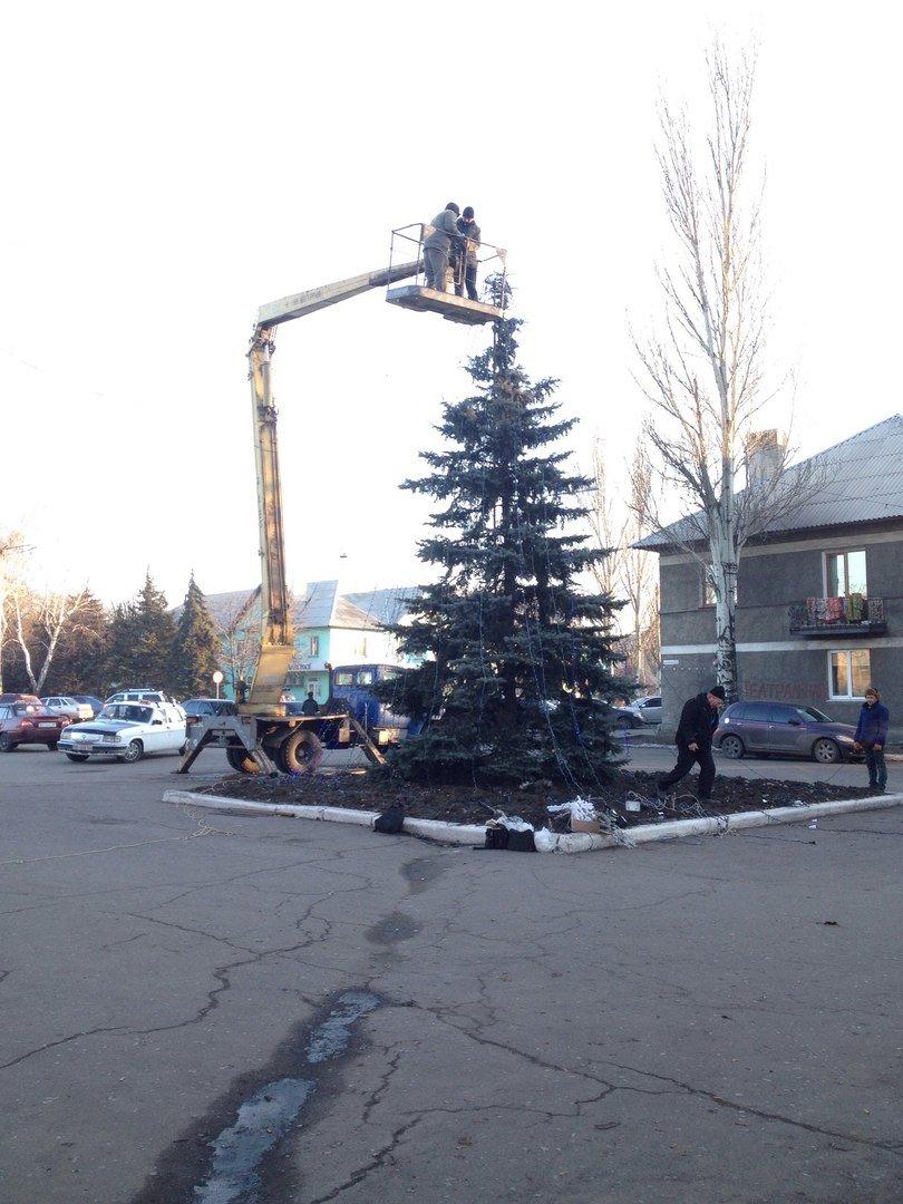 В Доброполье наряжают главное дерево города (ФОТО), фото-2