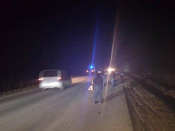 Водія автомобіля, який збив пішохода та втік з місця аварії, розшукують кілька пошукових груп поліції (фото) - фото 1