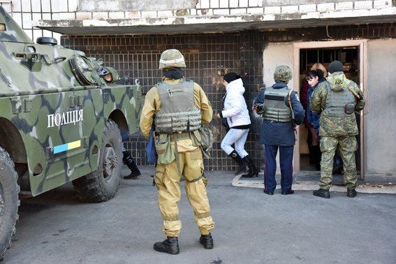 Полицейские Мариуполя обороняли здание главка (ФОТО) (фото) - фото 1