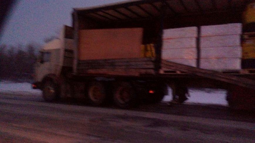 За прошедшую ночь на дороге из Балаково в Саратов произошли несколько ДТП с участием дальнобойщиков (ФОТО) (фото) - фото 4