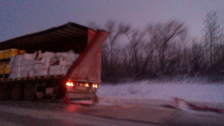За прошедшую ночь на дороге из Балаково в Саратов произошли несколько ДТП с участием дальнобойщиков (ФОТО) (фото) - фото 1