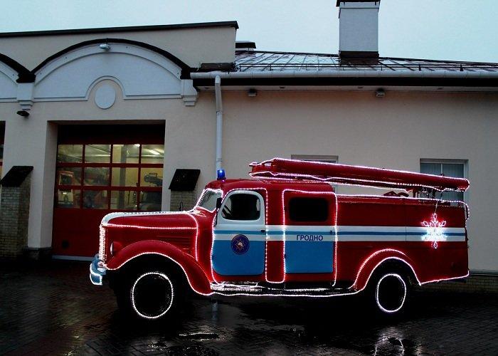 В Гродно зажгли новогоднюю иллюминацию на 100-летней пожарной каланче (фото) - фото 1