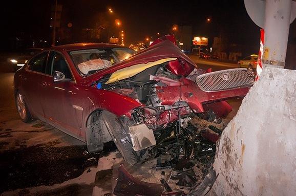 В Киеве пьяный водитель на Jaguar влетел в отбойник (ФОТО, ВИДЕО) (фото) - фото 1