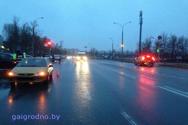 В Гродно на улице Ольги Соломовой «Ситроен» сбил женщину с ребенком на руках: оба госпитализированы (фото) - фото 1