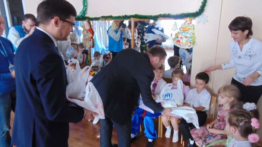 Мэр города и руководство офиса ООН в Мариуполе стали помощниками святого Николая (ФОТО+ВИДЕО) (фото) - фото 1