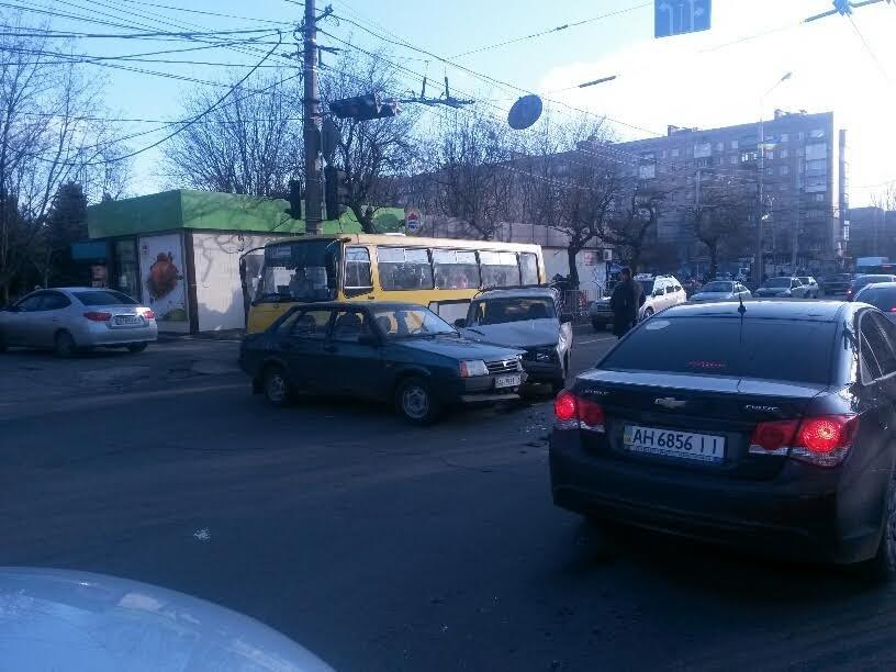 В центре Мариуполя одновременно произошло 2 ДТП. Пострадала женщина (ФОТО), фото-1