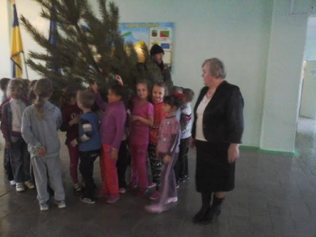 Елки к празднованию нового года подарили авдеевской детворе военнослужащие, фото-2