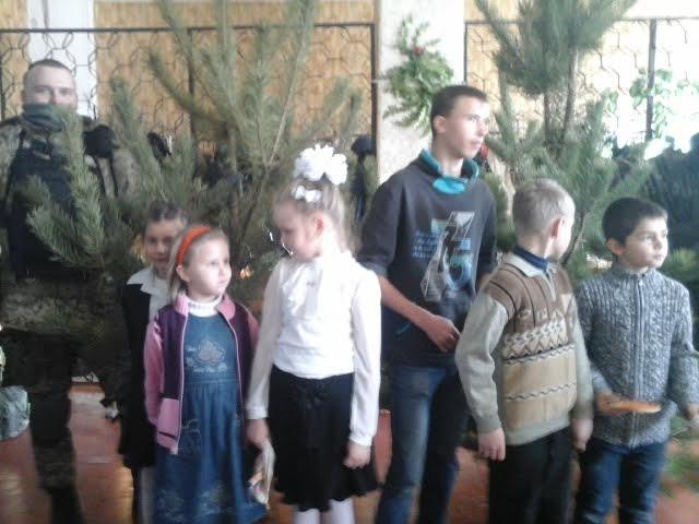 Елки к празднованию нового года подарили авдеевской детворе военнослужащие, фото-1