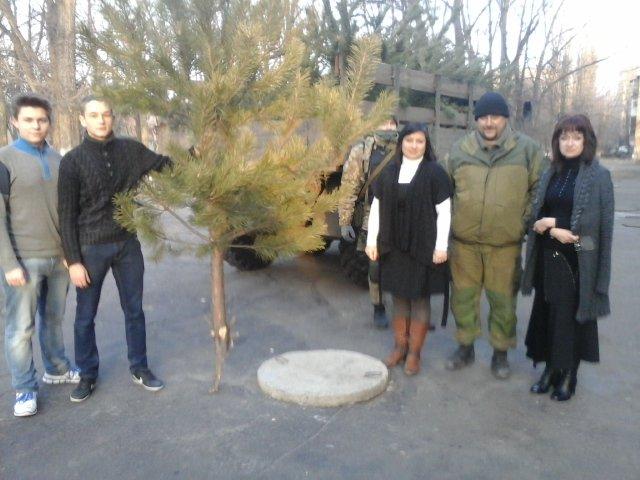 Елки к празднованию нового года подарили авдеевской детворе военнослужащие, фото-3