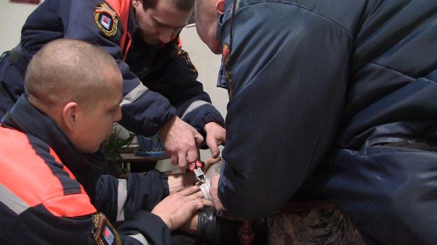 Новошахтинские спасатели освободили щенка из плена (фото) - фото 1