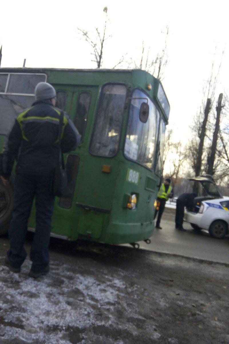 В Харькове троллейбус врезался в иномарку (фото) - фото 1