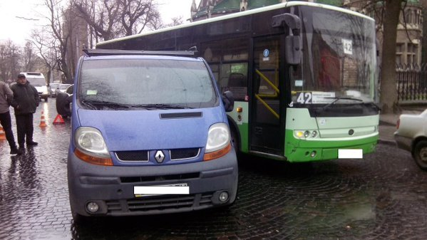 У Львові знову сталася аварія за участі автобуса (ФОТО) (фото) - фото 1