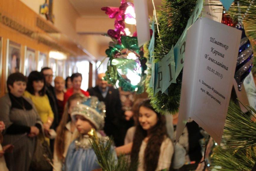 Депутаты Добропольского райсовета раздали подарки от Святого Николая детям-переселенцам (ФОТО), фото-9