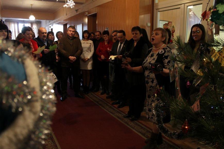 Депутаты Добропольского райсовета раздали подарки от Святого Николая детям-переселенцам (ФОТО), фото-7