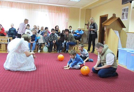 Прокурори та поліцейські Хмельниччини вітали дітей зі святом Миколая (Фото) (фото) - фото 3