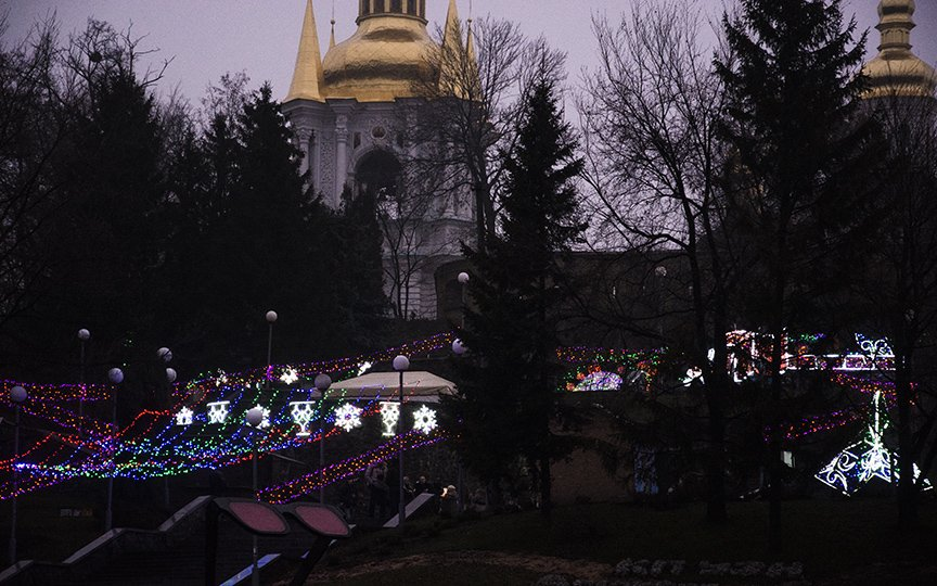 В Киеве к Новому году украсили Певческое поле иллюминацией и причудливыми арт-инсталляциями (ФОТОРЕПОРТАЖ) (фото) - фото 1