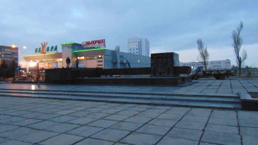На площади Свободы подготовились к установке нового памятника (ФОТО) (фото) - фото 2