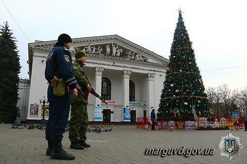 Полицейские взяли под охрану новогодние елки во всех районах Мариуполя (ФОТО), фото-3