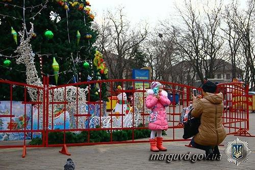 Полицейские взяли под охрану новогодние елки во всех районах Мариуполя (ФОТО), фото-7