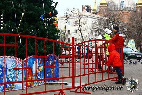 Полицейские взяли под охрану новогодние елки во всех районах Мариуполя (ФОТО), фото-6