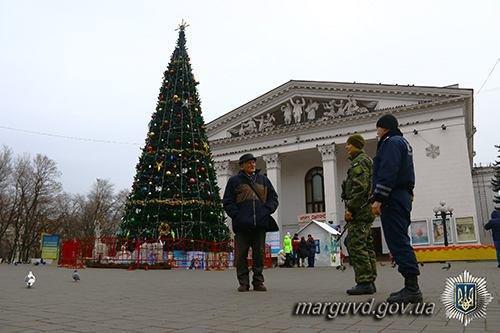 Полицейские взяли под охрану новогодние елки во всех районах Мариуполя (ФОТО), фото-2