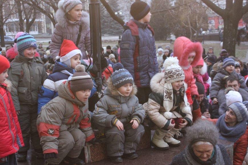 В Артемовске-Бахмуте предпраздничное настроение: на  центральной площади зажгли огни новогодней елки (ФОТОРЕПОРТАЖ), фото-7
