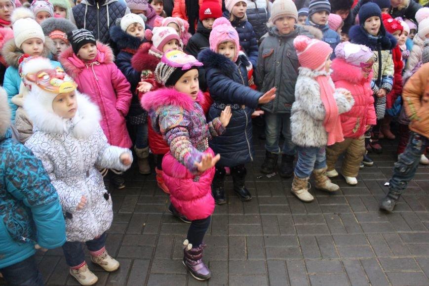 В Артемовске-Бахмуте предпраздничное настроение: на  центральной площади зажгли огни новогодней елки (ФОТОРЕПОРТАЖ), фото-12