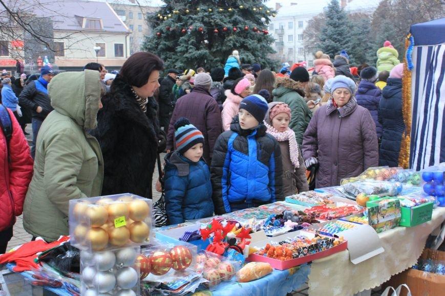 В Артемовске-Бахмуте предпраздничное настроение: на  центральной площади зажгли огни новогодней елки (ФОТОРЕПОРТАЖ), фото-1