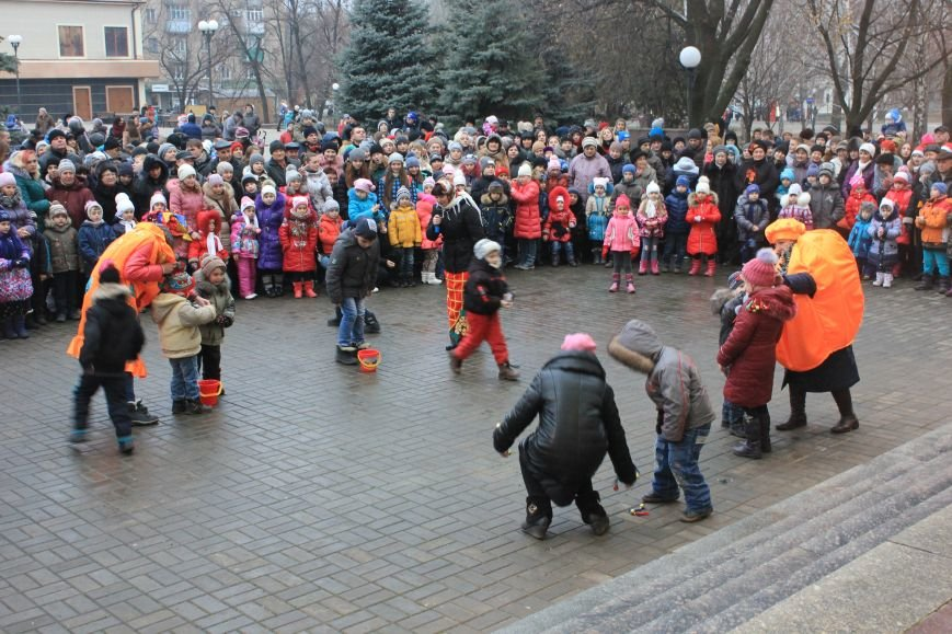 В Артемовске-Бахмуте предпраздничное настроение: на  центральной площади зажгли огни новогодней елки (ФОТОРЕПОРТАЖ), фото-2