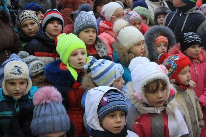 В Артемовске-Бахмуте предпраздничное настроение: на  центральной площади зажгли огни новогодней елки (ФОТОРЕПОРТАЖ), фото-11