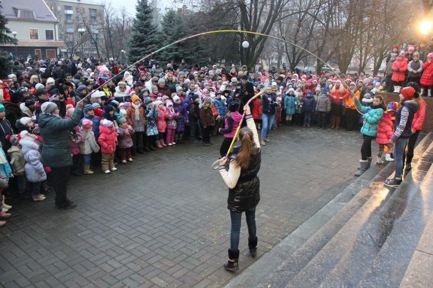 В Артемовске-Бахмуте предпраздничное настроение: на  центральной площади зажгли огни новогодней елки (ФОТОРЕПОРТАЖ), фото-8
