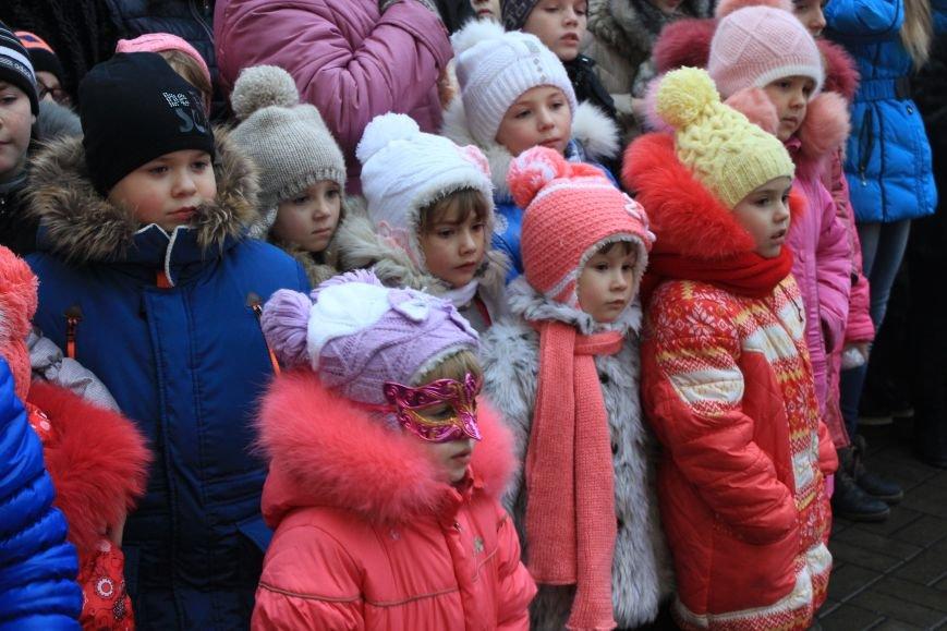 В Артемовске-Бахмуте предпраздничное настроение: на  центральной площади зажгли огни новогодней елки (ФОТОРЕПОРТАЖ), фото-3