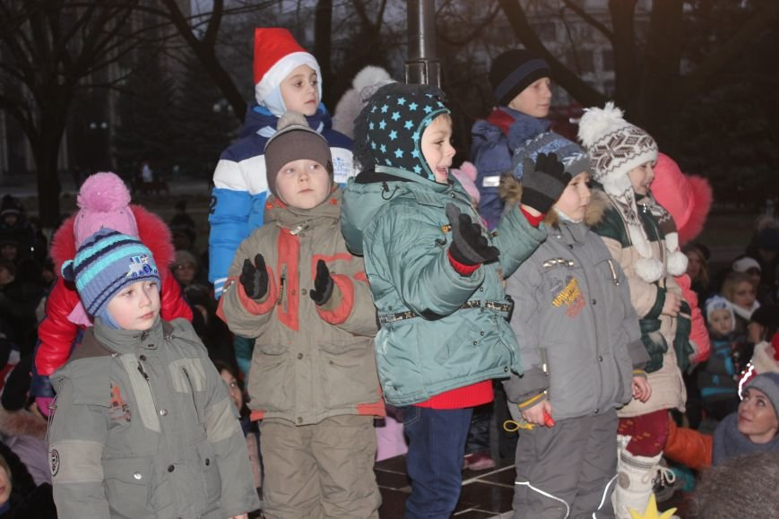 В Артемовске-Бахмуте предпраздничное настроение: на  центральной площади зажгли огни новогодней елки (ФОТОРЕПОРТАЖ), фото-10