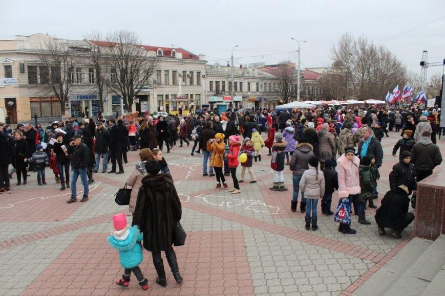 Главная новогодняя елка Крыма засверкала огнями. Симферопольцам пообещали новогодний концерт со