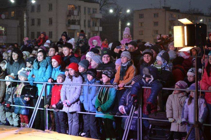 В Днепродзержинске открыли центральную новогоднюю ёлку, фото-1