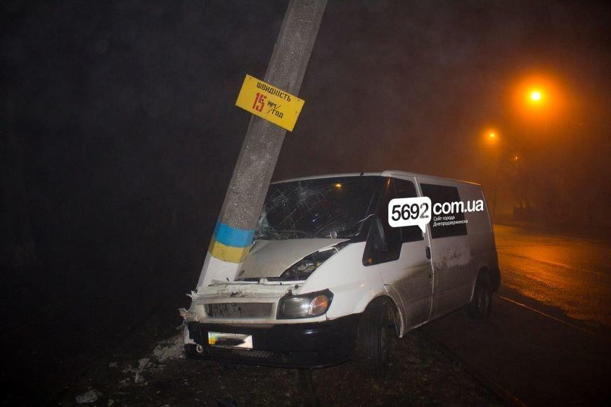 В Днепродзержинске на Баглее произошло ДТП: автомобиль врезался в электроопору, приостановлено движение трамваев (фото) - фото 3